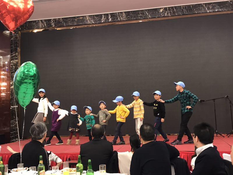 11忘年会歌と踊り.JPG
